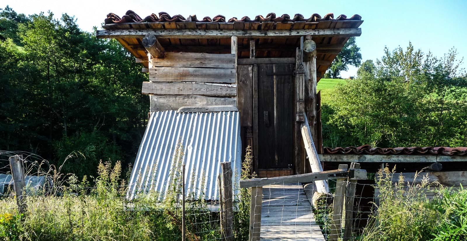 Cabane fabriquée à partir de matériaux de récupération. Upcycling handmande house shed.
