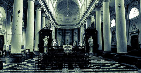 Intérieur d'une grande église, basilique. Inside of a big church basilic.